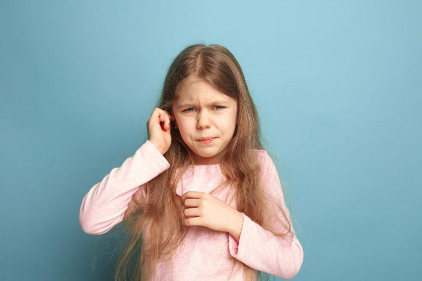 Dziecko trzyma się za ucho z powodu bólu