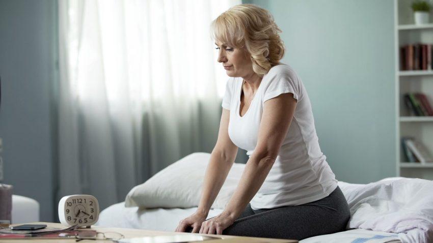 kobieta cierpiąca na chorobę Gauchera siedzi na łóżku