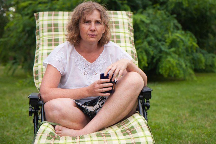 Kobieta w fazie folikularnej siedzi na leżaku