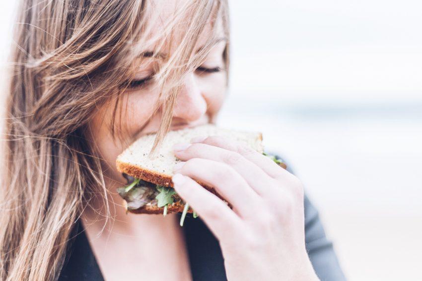 dziewczyna je kanapkę