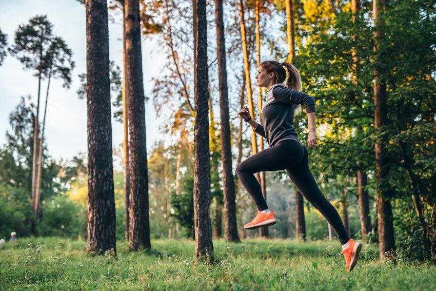 Dziewczyna biega w lesie