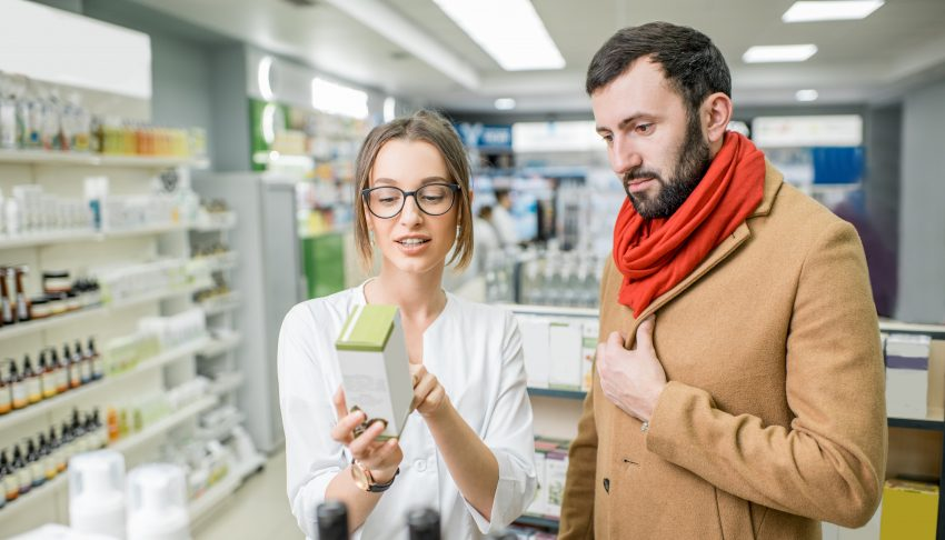 farmaceutka rozmawia z klientem