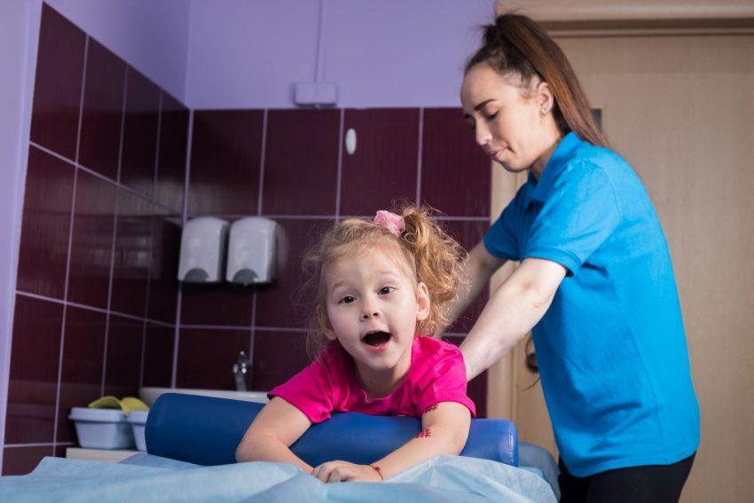 Dziewczynka z mózgowym porażeniem dziecięcym na terapii