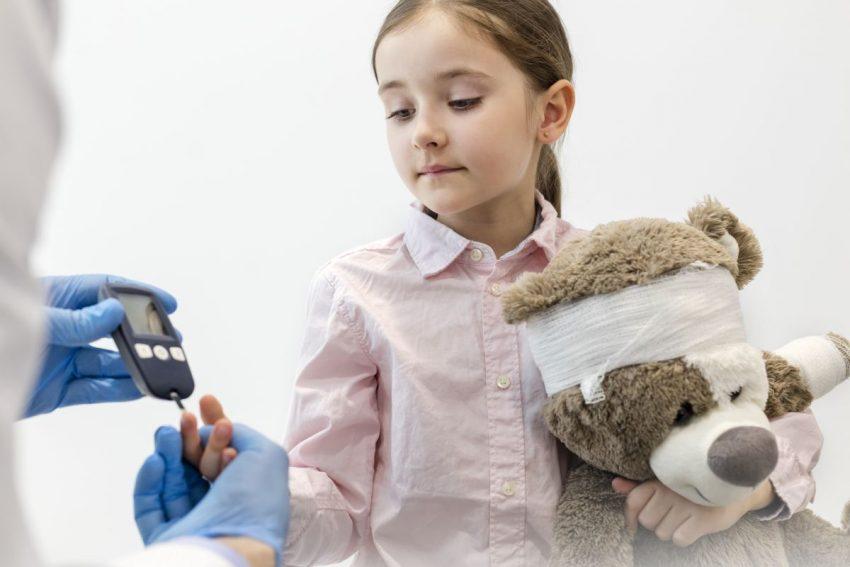 doktor bada dziewczynkę chorą na neuropatię cukrzycową