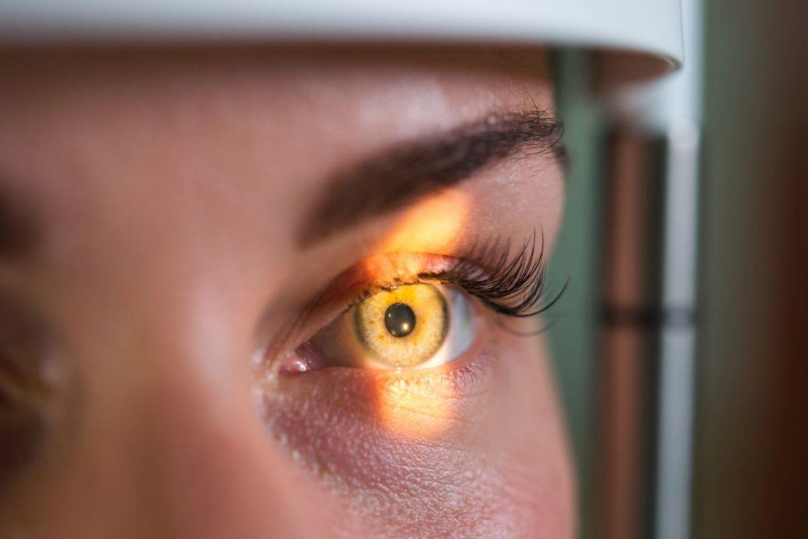 kobieta w trakcie badania oka pod kątem odwarstwienia siatkówki