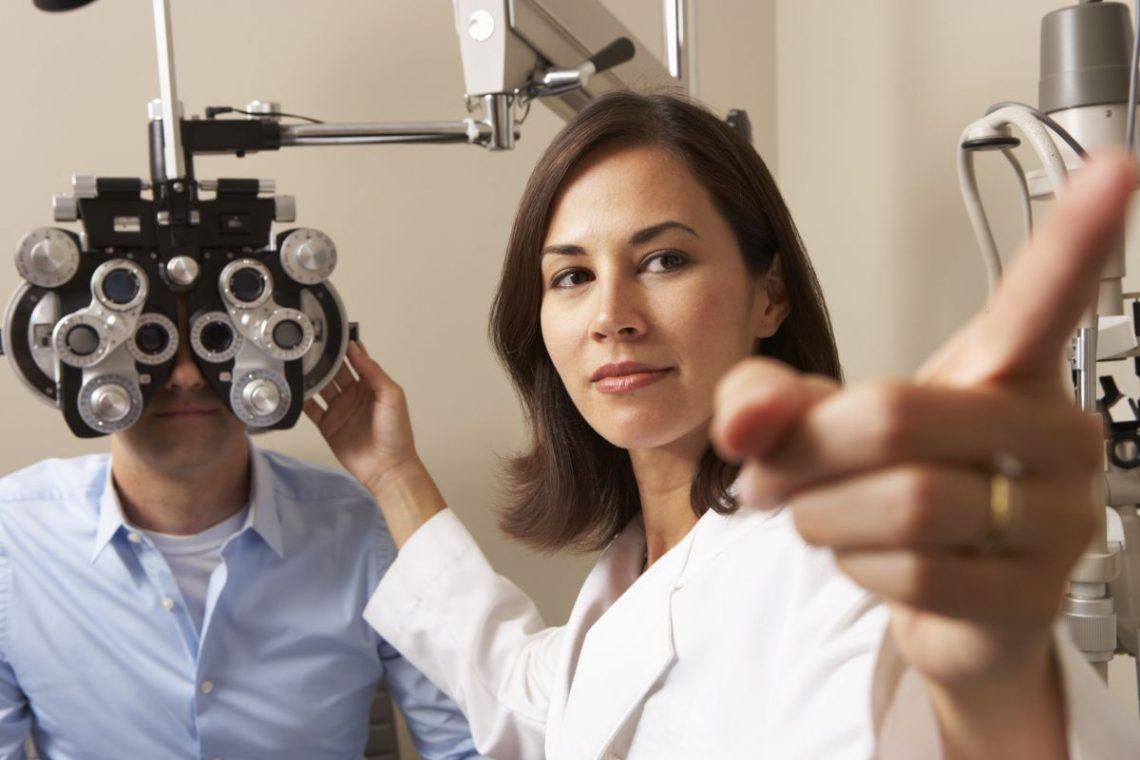 Okulista bada wzrok pacjenta w gabinecie
