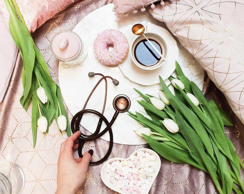 stetoskop, kwiaty, kawa