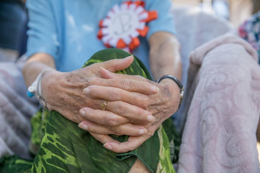 Starsza kobieta z ryzykiem raka skóry