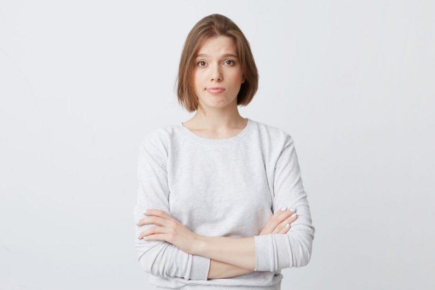 Kobieta zmartwiona z powodu zapalenia mieszków włosowych
