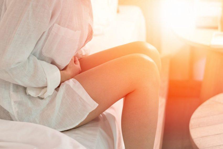 Kobieta z bolącym brzuchem cierpiąca na objaw Rovsinga