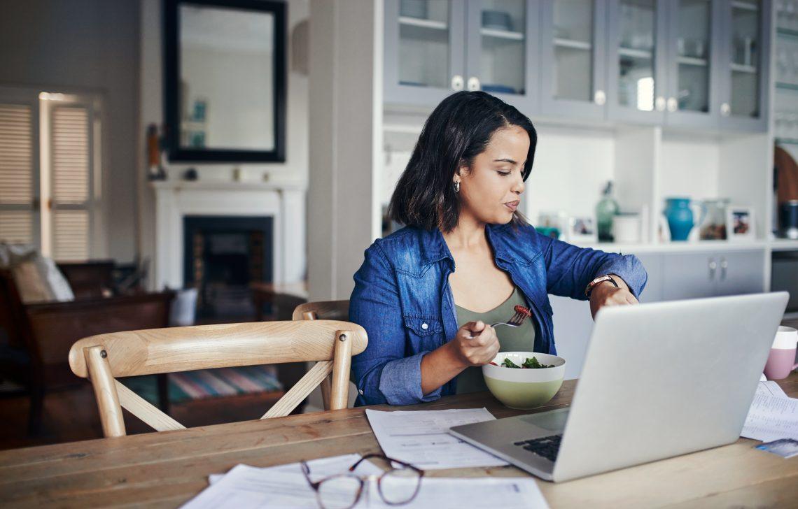Kobieta przed laptopem