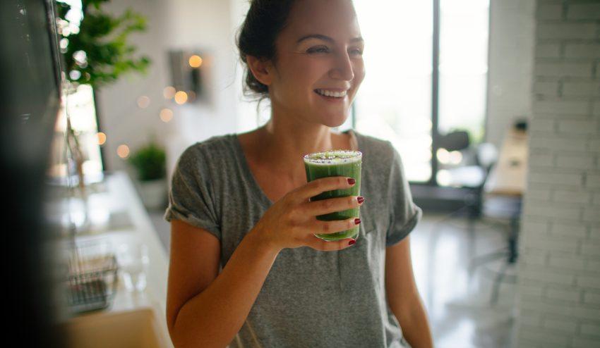 Dziewczyna pije zielony sok