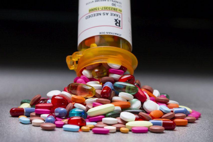 leki psychotropowe w postaci tabletek wysypane na stół