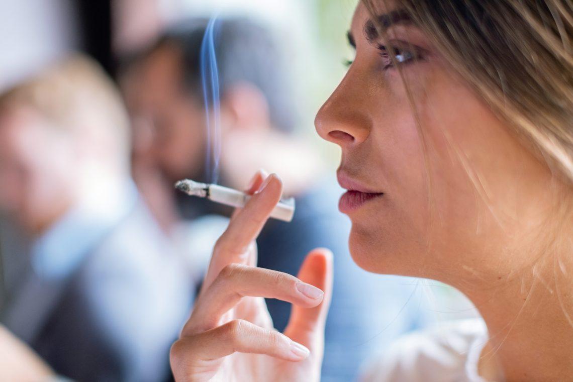 kobieta pali papierosa
