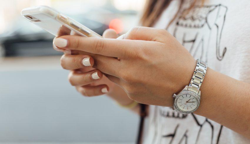 dziewczyna trzyma telefon w ręku