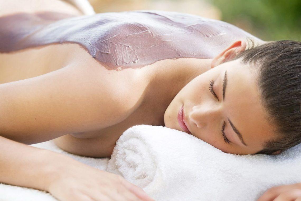 kobieta leży na stole do masażu i korzysta z talasoterapii