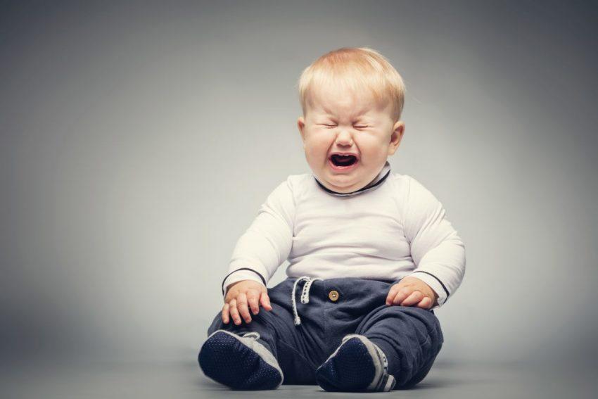 Płaczące dziecko cierpiące na zaburzenia integracji sensorycznej