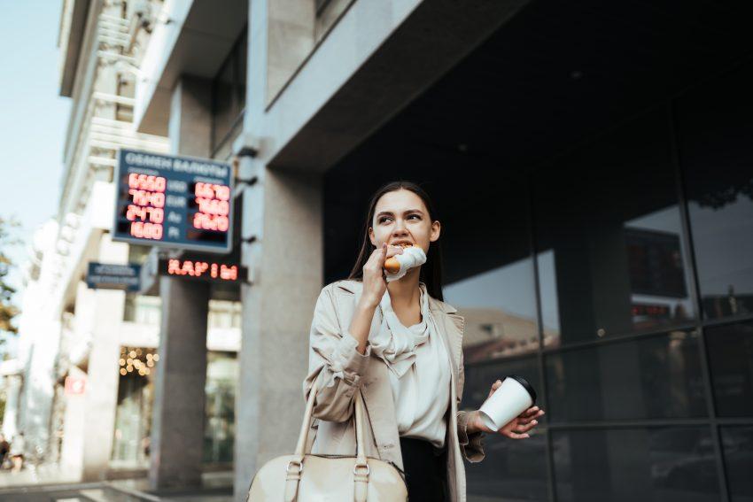 kobieta je na ulicy w pośpiechu