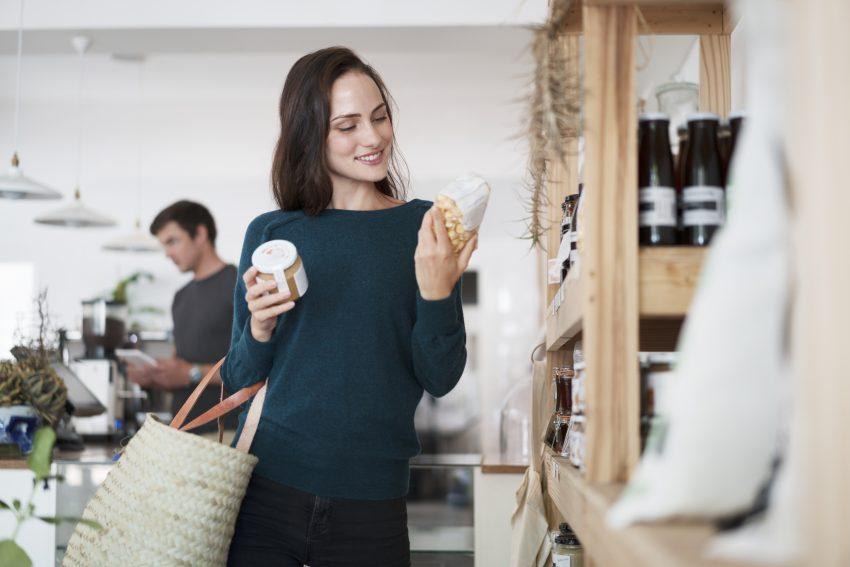 kobieta czyta etykietę