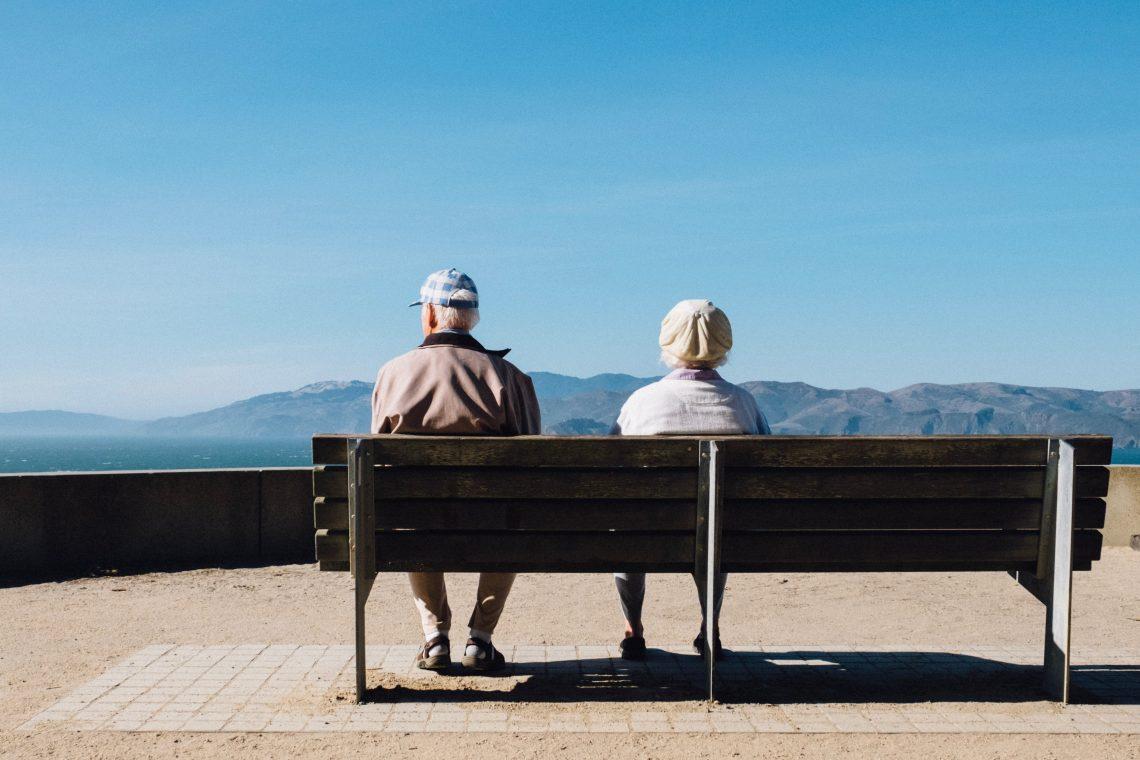 seniorzy siedzą na ławce