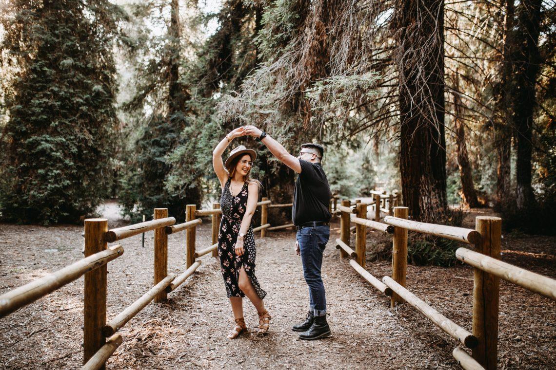 chłopak i dziewczyna w lesie