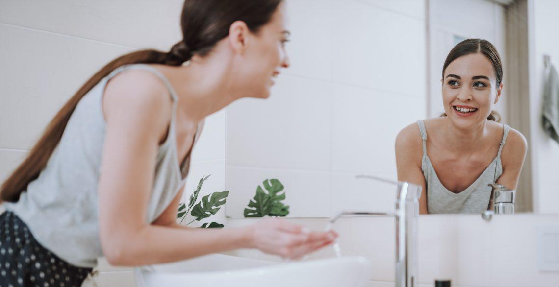 Dziewczyna myje twarz
