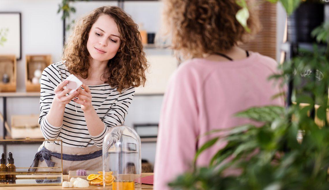 Kobieta własnoręcznie tworzy mydełka