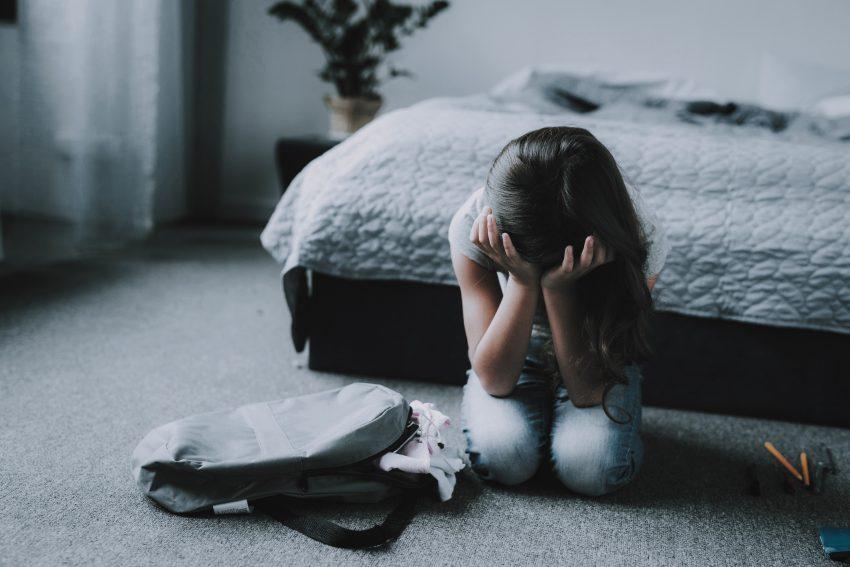 Smutna dziewczyna / istockphoto.com