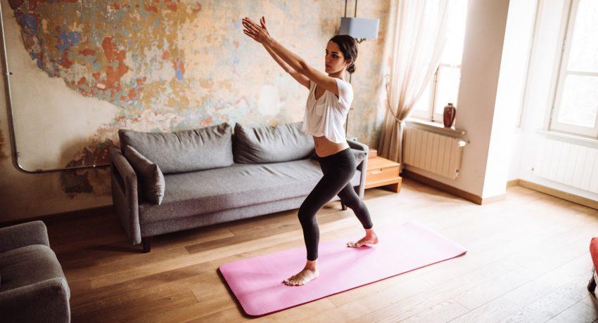 kobieta trenuje jogę