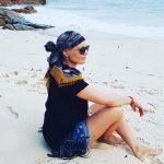 Joanna Górska siedzi na plaży