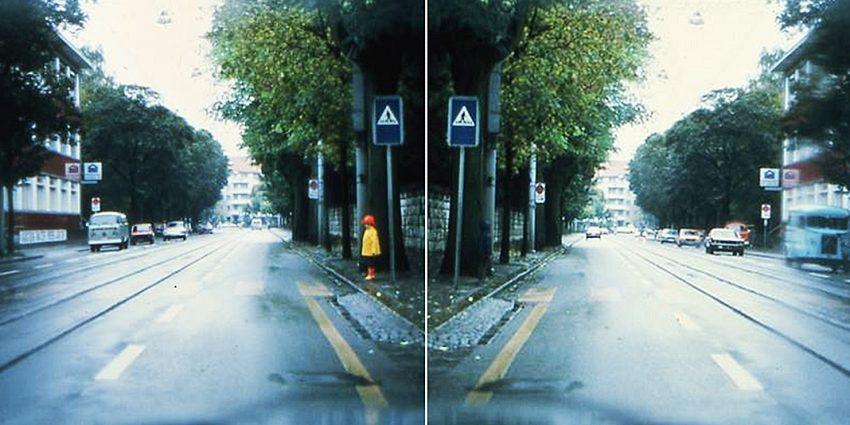 Dziecko przechodzi przez jezdnię na przejściu dla pieszych. Na pierwszym zdjęciu jest ubrane w kurtkę odblaskową i je widać. Na drugim zdjęciu ubrane jest w ciemne kolory, przez co nie jest widoczne na poboczu