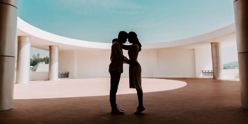 kobieta i mężczyzna przytulają się