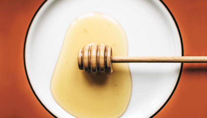 Rozlany miód na talerzu