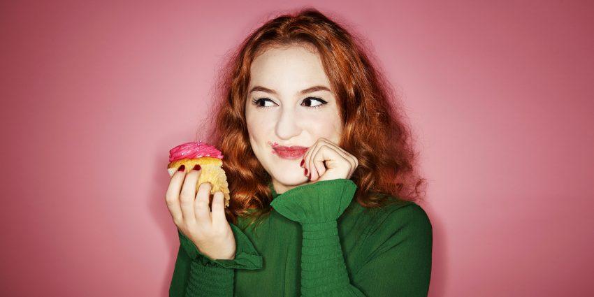 kobieta jedząca babeczkę