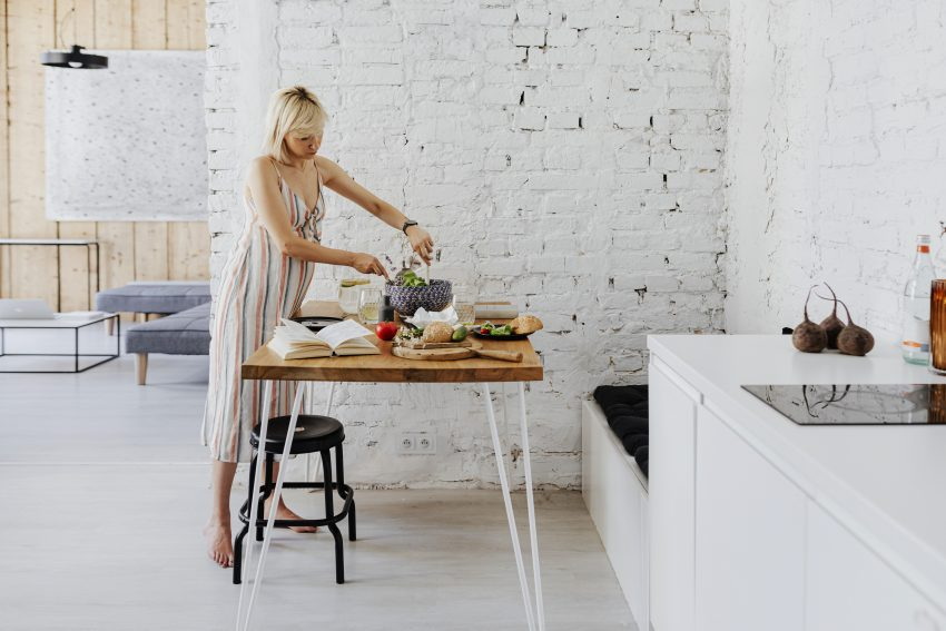 kobieta szykująca posiłek