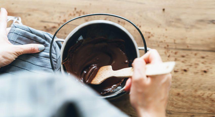 Polewa z gorzkiej czekolady - jak zrobić? Poznaj fit przepis