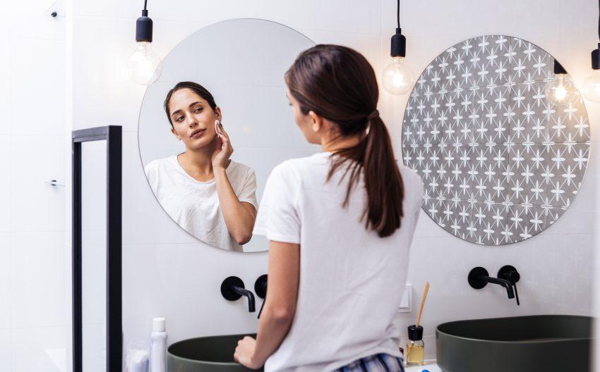 kobieta przegląda się w lustrze w łazience