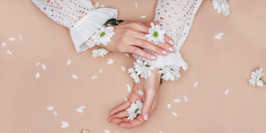 Ręce posypane kwiatami