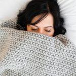 chora kobieta pod kołdrą