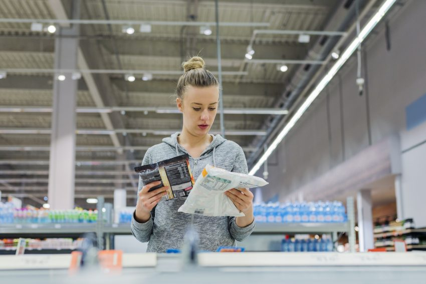 Kobieta kupująca mrożonki / istockphoto.com