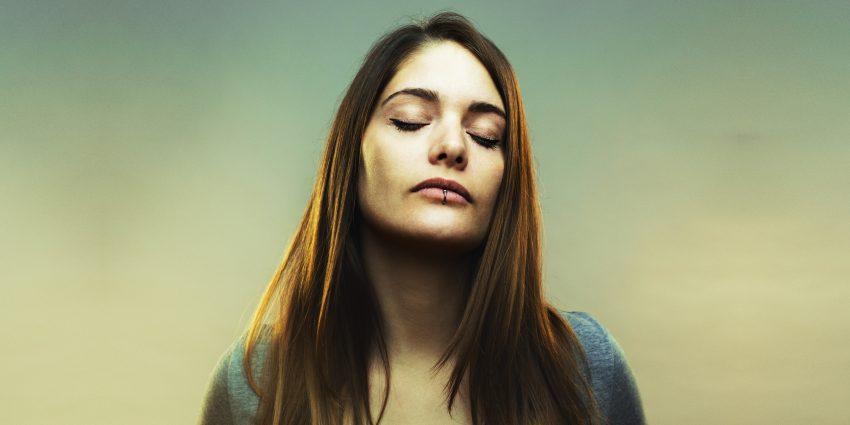 portret kobiety z zamkniętymi oczami