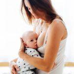 Kobieta karniąca dziecko piersią