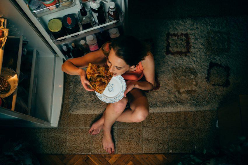 Kobieta jedząca pizzę / istockphoto.com