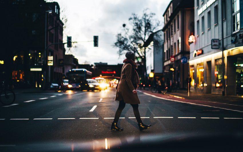 Kobieta na mieście / unsplash.com