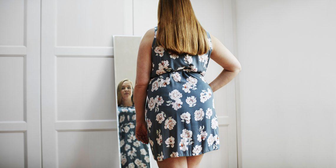 otyła kobieta przed lustrem