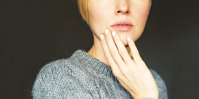 kobieta dotykająca twarzy