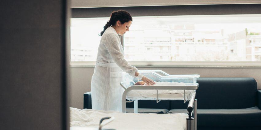 kobieta z noworodkiem w szpitalu