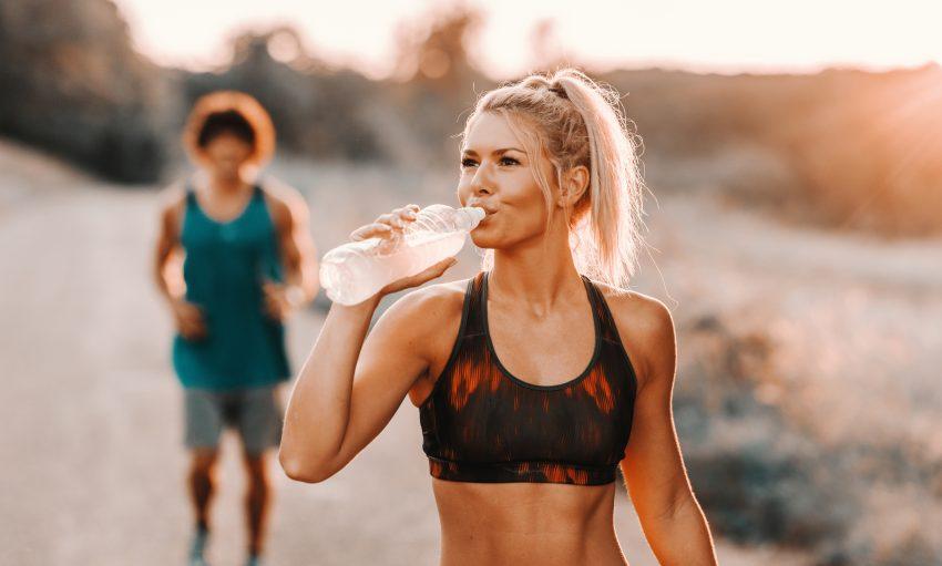 kobieta pijąca napój podczas treningu