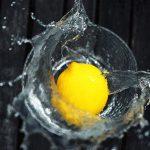 Cytryna wpada do wody