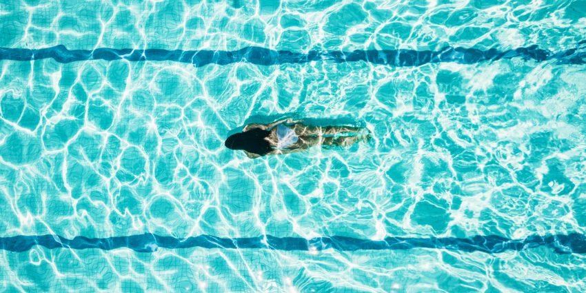Kobieta w basenie / istock